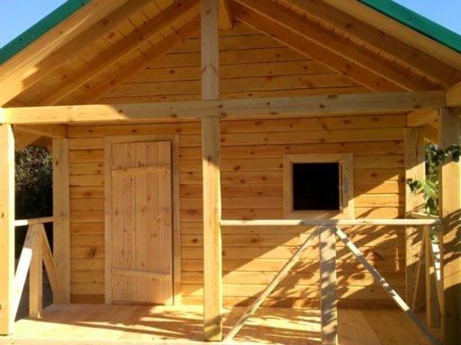 Классический фасад из плоских балясин с открытым фронтоном.