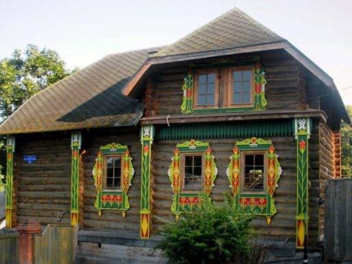 Любое самое простое строение можно украсить оригинальным способом.