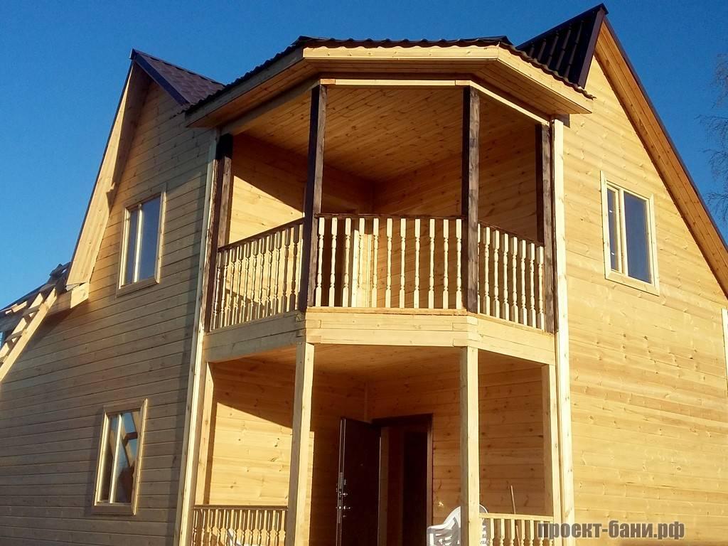 Двухэтажная баня с балконом