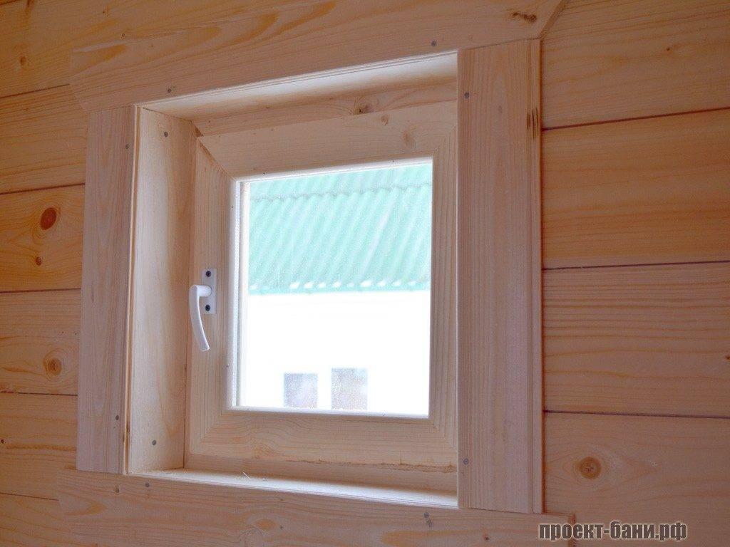 Стандартное окно для проветривания в душевой комнате.