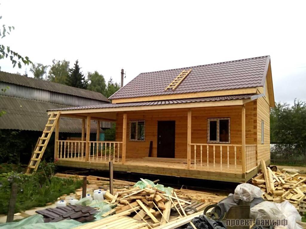 Фото бани из бруса с террасой вдоль крыши